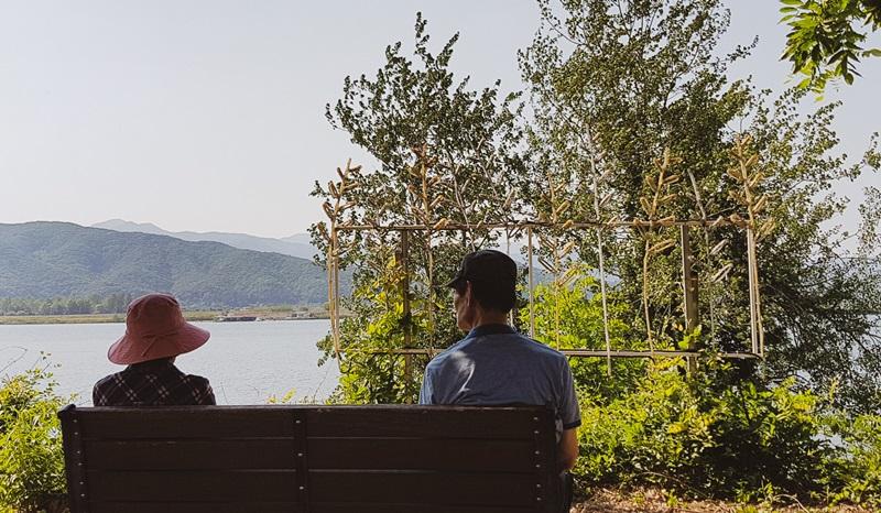 Una pareja mayor compartiendo una banca frente al rio Bukhangang en la ciudad de Chuncheon, el 21 de mayo de 2017.