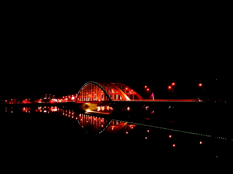 El puente Soyang 2-gyo visto de noche en la ciudad de Chuncheon, el 16 de abril de 2017.