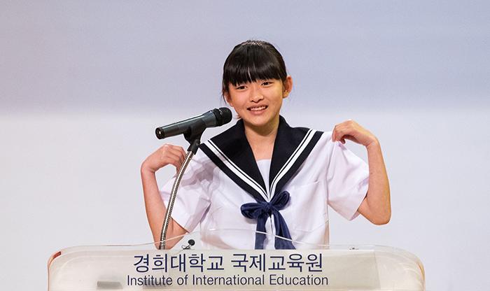 Kurata Yotsuha, estudiante de secundaria, originaria de Japón, está dando su discurso en el 22º Concurso de Oratoria en Lengua Coreana para Extranjeros celebrado el 14 de mayo en la Universidad Kyung Hee en Seúl.